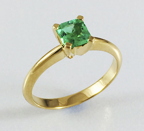 Esmeralda en anillo de oro