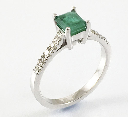 anillo de oro con esmeralda de Colombia