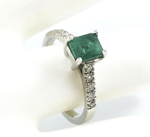 esmeralda en anillo de oro blanco