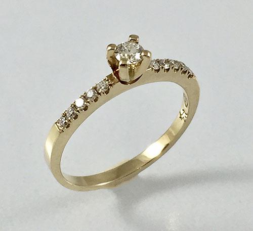 anillo de matrimonio en oro con diamantes