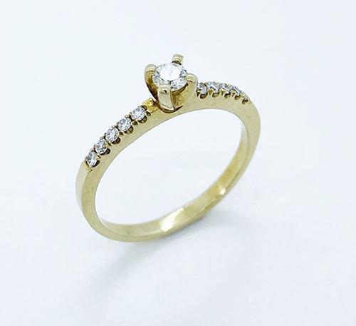 Anillo de compromiso en oro con diamante brillante de 0,10 quilates y diez brillantes