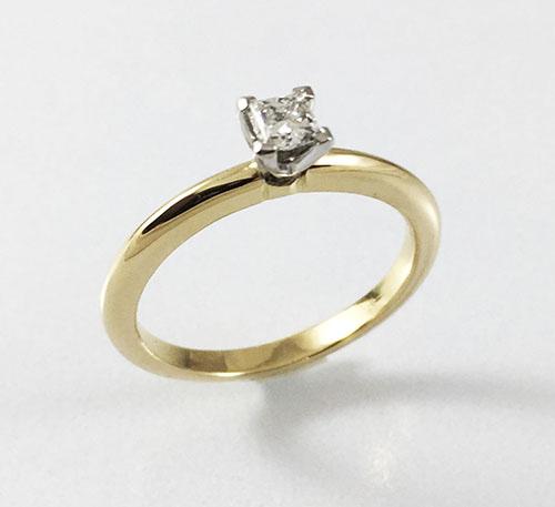 anillo de compromiso con diamante princesa