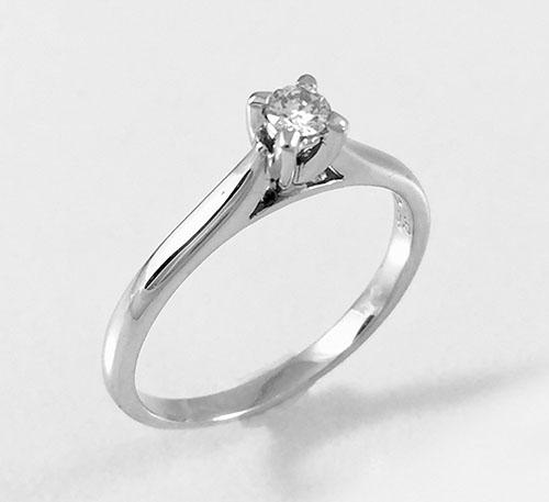 anillo de matrimonio en oro blanco y diamante.