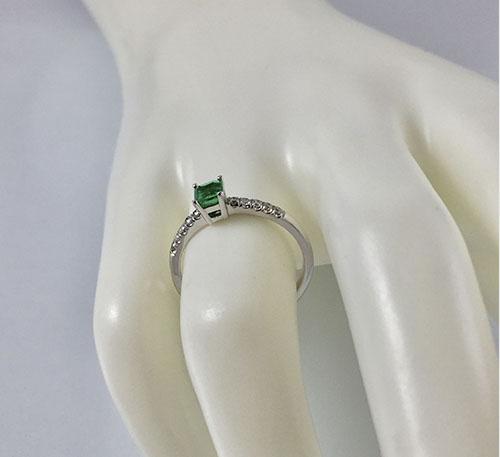 anillo de oro blanco con esmeralda