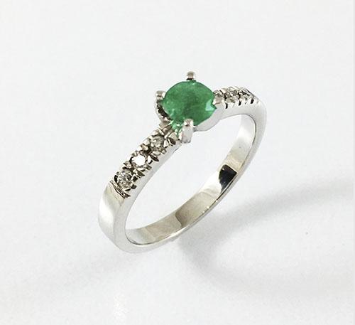 Anillo de matrimonio en oro y esmeralda con diamantes