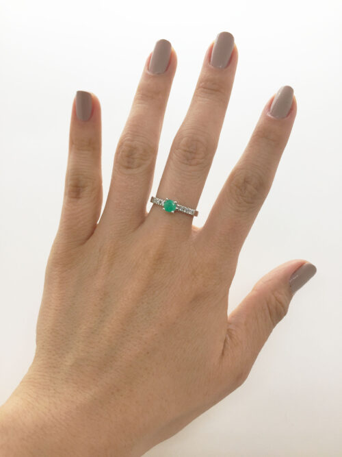 anillo oro blanco con esmeralda