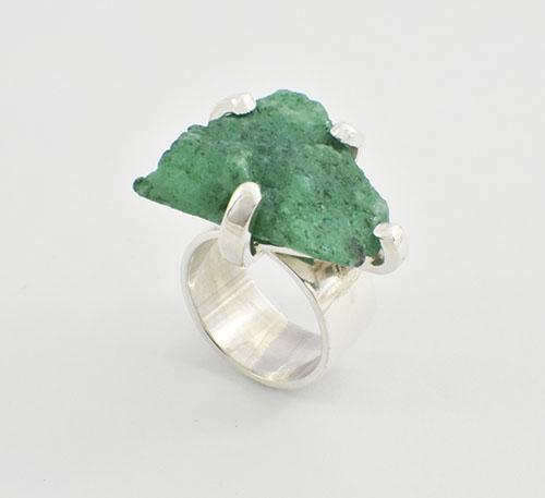 anillo de plata con roca de esmeralda