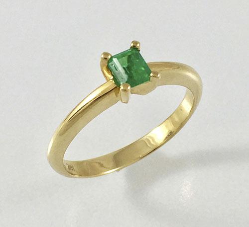 anillo solitario de matrimonio en oro con esmeralda