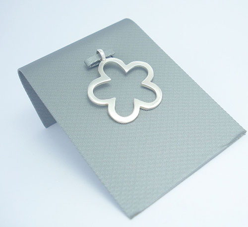 Dije collar de plata ley 0,950 de peso 4 gramos. Diseño flor.