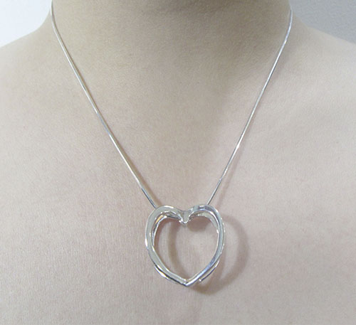 Dije collar de plata ley 0,950 de peso 3 gramos. Diseño doble corazón.