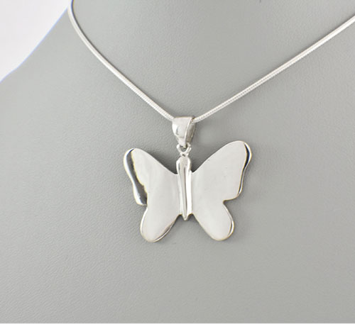 Dije collar de plata ley 0,950 de peso 5 gramos. Diseño mariposa grande.