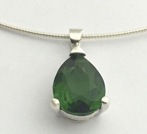 Dije de plata ley 0,925 peso 4,5 gramos con obsidiana verde natural talla lagrima de tamaño 12x12 mm y 5 quilates de peso.