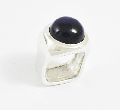 anillo de plata con amatista cabuchón redonda