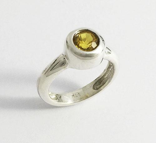 anillo de plata con topacio amarillo