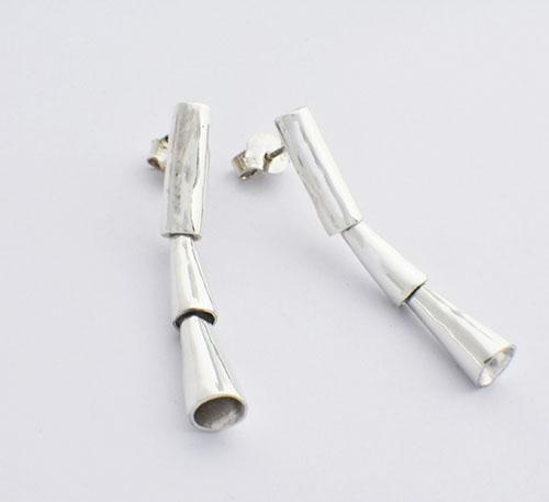 Aretes de plata ley 0,950 con peso 10 gramos. Diseño de 3 piezas, cilindro y 2 conos movibles.