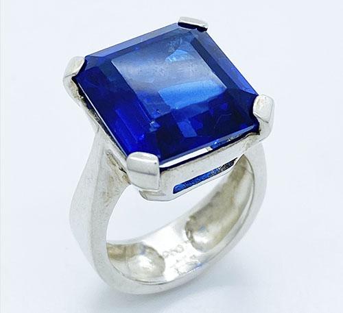 anillo de plata con tanzanita