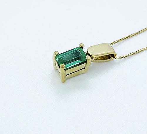 dije colgante de oro con esmeraldas