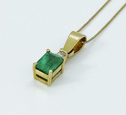 dije de oro con esmeralda de Colombia