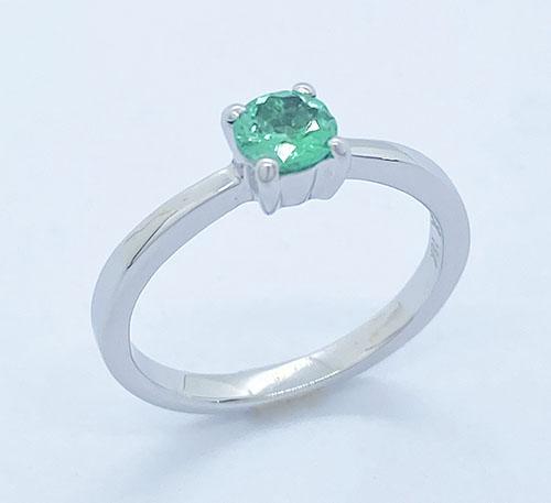 anillo solitario de oro blanco con esmeralda natural de Colombia