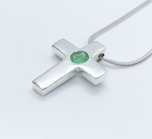 Dije colgante cruz de plata con esmeralda
