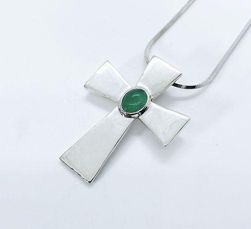 Dije colgante cruz de plata con esmeralda de Colombia